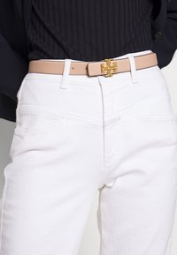 Tory Burch - KIRA LOGO BELT - Belte - devon sand/gold-coloured - 1