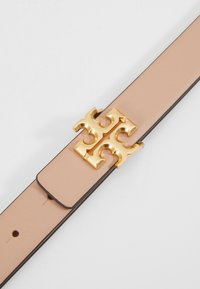 Tory Burch - KIRA LOGO BELT - Pásek - devon sand/gold-coloured