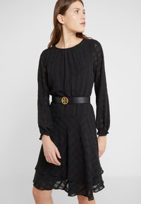 Tory Burch - TWISTED LOGO BELT - Belt - black