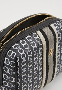 Tory Burch - GEMINI LINK SMALL COSMETIC CASE - Wash bag - black - 4