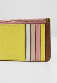 Tory Burch - PERRY COLOR BLOCK TOP ZIP CARD CASE - Peněženka - goan sand/electric yellow/pink city - 2