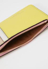 Tory Burch - PERRY COLOR BLOCK TOP ZIP CARD CASE - Peněženka - goan sand/electric yellow/pink city - 4