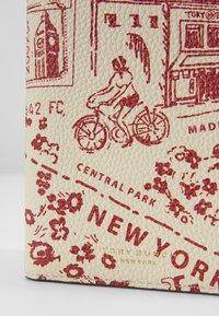 Tory Burch - PERRY PRINTED PASSPORT CASE - Passport holder - red destination - 2