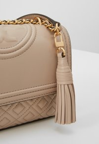 Tory Burch - FLEMING SMALL CONVERTIBLE SHOULDER BAG - Borsa a tracolla - light taupe - 6