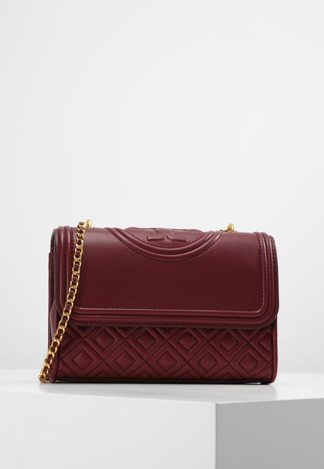 FLEMING SMALL CONVERTIBLE SHOULDER BAG - Schoudertas - imperial garnet