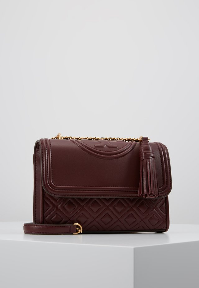 FLEMING SMALL CONVERTIBLE SHOULDER BAG - Skuldertasker - claret
