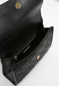 Tory Burch - FLEMING SMALL CONVERTIBLE SHOULDER BAG - Bandolera - black - 4