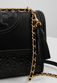 Tory Burch - FLEMING CONVERTIBLE SHOULDER BAG - Kabelka - black - 6