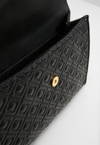 Tory Burch - FLEMING CONVERTIBLE SHOULDER BAG - Kabelka - black - 4