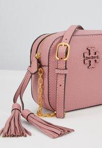 Tory Burch - MCGRAW CAMERA BAG - Taška spříčným popruhem - pink magnolia - 5