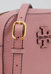 Tory Burch - MCGRAW CAMERA BAG - Taška spříčným popruhem - pink magnolia - 7