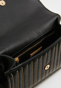 Tory Burch - FLEMING MINI STUD SMALL CONVERTIBLE SHOULDER BAG - Torba na ramię - black - 4