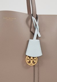 Tory Burch - PERRY TRIPLE COMPARTMENT TOTE - Kabelka - gray heron - 6