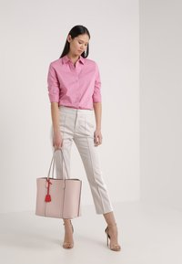Tory Burch - PERRY TRIPLE COMPARTMENT TOTE - Handtasche - shell pink - 1