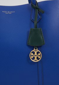 Tory Burch - PERRY TRIPLE COMPARTMENT TOTE - Handtas - nautical blue - 6