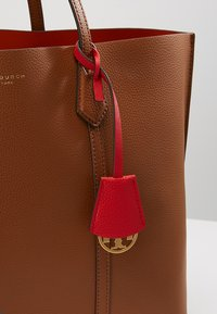 Tory Burch - PERRY TRIPLE COMPARTMENT TOTE - Bolso de mano - light umber - 6