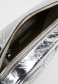 Tory Burch - FLEMING DISTRESSED METALLIC CAMERA BAG - Across body bag - silver - 4