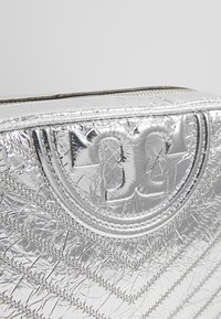 Tory Burch - FLEMING DISTRESSED METALLIC CAMERA BAG - Across body bag - silver - 6