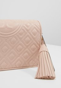 Tory Burch - FLEMING FLAT  CROSSBODY - Portemonnee - shell pink - 6