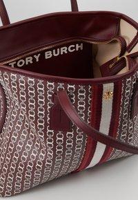 Tory Burch - GEMINI LINK SMALL TOTE - Handtas - royal burgundy - 4