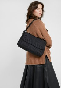 Tory Burch - FLEMING QUILTED SMALL FLAP SHOULDER BAG - Bolso de mano - black - 1