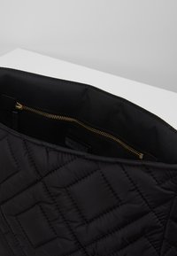Tory Burch - FLEMING QUILTED SMALL FLAP SHOULDER BAG - Bolso de mano - black - 4