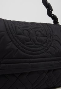 Tory Burch - FLEMING QUILTED SMALL FLAP SHOULDER BAG - Bolso de mano - black - 6