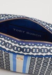 Tory Burch - GEMINI LINK MINI BAG - Taška spříčným popruhem - bondi blue - 4