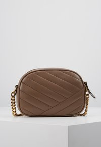 Tory Burch - KIRA CHEVRON SMALL CAMERA BAG - Skulderveske - classic taupe - 2