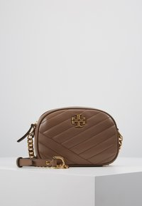 Tory Burch - KIRA CHEVRON SMALL CAMERA BAG - Skulderveske - classic taupe - 0