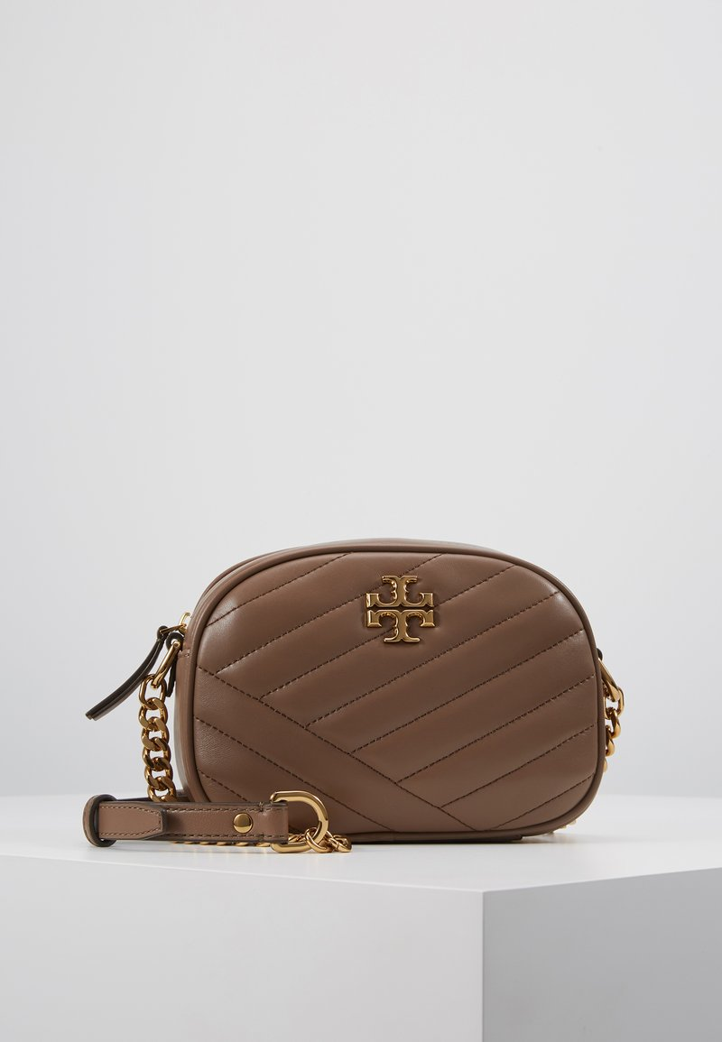 Tory Burch - KIRA CHEVRON SMALL CAMERA BAG - Skulderveske - classic taupe