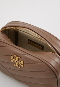 Tory Burch - KIRA CHEVRON SMALL CAMERA BAG - Skulderveske - classic taupe - 4
