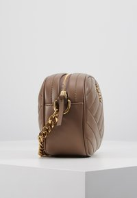 Tory Burch - KIRA CHEVRON SMALL CAMERA BAG - Skulderveske - classic taupe - 3