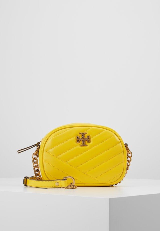 KIRA CHEVRON SMALL CAMERA BAG - Taška spříčným popruhem - limone