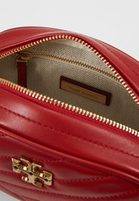 Tory Burch - KIRA CHEVRON SMALL CAMERA BAG - Bandolera - red apple - 4
