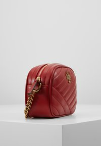 Tory Burch - KIRA CHEVRON SMALL CAMERA BAG - Bandolera - red apple - 3