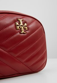 Tory Burch - KIRA CHEVRON SMALL CAMERA BAG - Bandolera - red apple