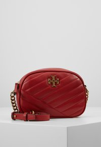 Tory Burch - KIRA CHEVRON SMALL CAMERA BAG - Bandolera - red apple - 0
