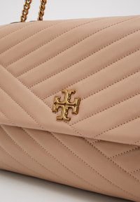 Tory Burch - KIRA CHEVRON CONVERTIBLE SHOULDER BAG - Handtas - devon sand - 5