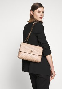 Tory Burch - KIRA CHEVRON CONVERTIBLE SHOULDER BAG - Handtas - devon sand - 1