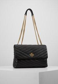 Tory Burch - KIRA CHEVRON CONVERTIBLE SHOULDER BAG - Handtas - black/gold - 0