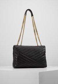 Tory Burch - KIRA CHEVRON CONVERTIBLE SHOULDER BAG - Handtas - black/gold - 2