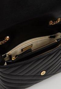 Tory Burch - KIRA CHEVRON CONVERTIBLE SHOULDER BAG - Handtas - black/gold - 4