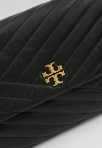 Tory Burch - KIRA CHEVRON CONVERTIBLE SHOULDER BAG - Handtas - black/gold - 6
