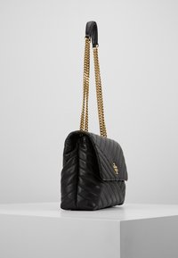 Tory Burch - KIRA CHEVRON CONVERTIBLE SHOULDER BAG - Handtas - black/gold - 3