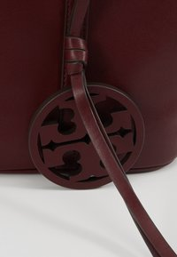 Tory Burch - MILLER BUCKET BAG - Bolso de mano - port - 6