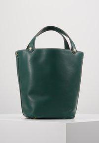 Tory Burch - MILLER BUCKET BAG - Handtas - malachite - 2