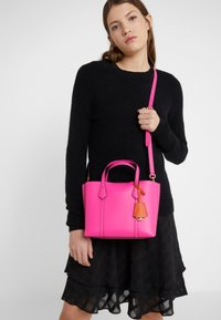 Tory Burch - PERRY SMALL TRIPLE COMPARTMENT TOTE - Bolso de mano - crazy pink - 1