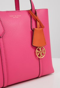 Tory Burch - PERRY SMALL TRIPLE COMPARTMENT TOTE - Bolso de mano - crazy pink - 6