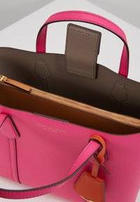 Tory Burch - PERRY SMALL TRIPLE COMPARTMENT TOTE - Bolso de mano - crazy pink - 4